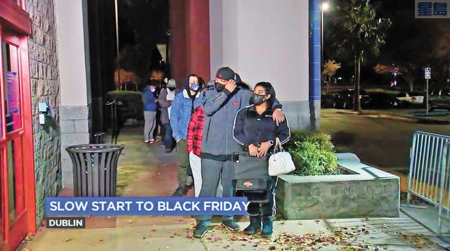 BestBuy門外排隊等待進店的人群。ABC電視畫面