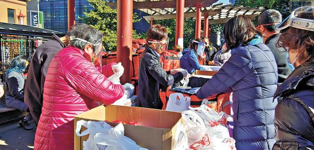 安老自助處派發健康火雞午餐盒。記者李兆庭攝