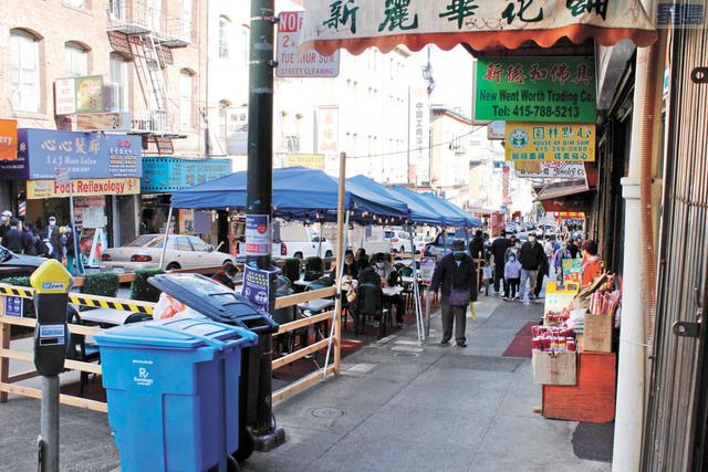 午餐時間華埠餐館戶外用餐上座率較為可觀。記者張曼琳攝