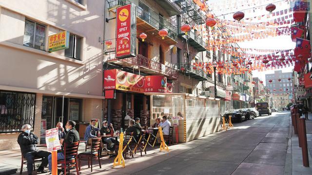 疫情上升餐館停供堂食,三藩市華埠天后廟街餐館的共用空間要加位。記者黃偉江攝