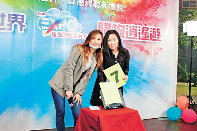 「星島工展會」進入第二天,兩位美女粵語主持Burgundy(左)和Una。記者張曼琳攝