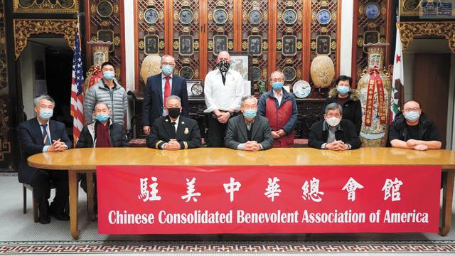 僑社祝賀余漢傑(前左三)出任三藩市消防局代理副局長。記者黃偉江攝