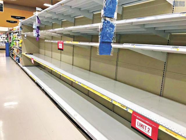 近來超市大賣場又出現搶購潮,有超市衛生紙幾乎全都賣光,還規定限購。本報記者攝