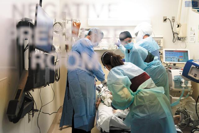 感恩節周末,南灣不少醫院出現新冠病患爆滿的情況。美聯社資料圖片