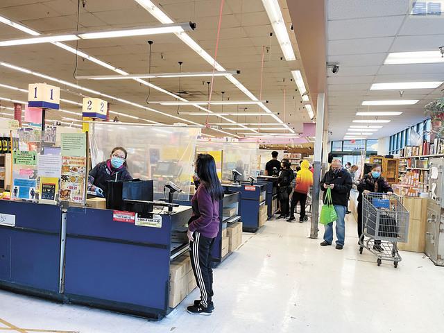 聯合城「永和超級市場」(Marina Food)有不少居民,外出採購,在收銀處前排隊。記者張曼琳攝