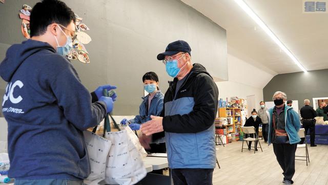 市民獲派火雞和禮物包。記者黃偉江攝