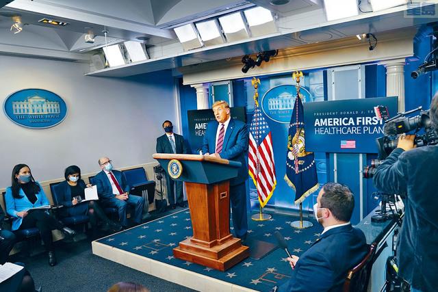 在大選日之後,總統特朗普20日首次出現在白宮記者會,他再次堅稱在大選中勝出之餘,猛烈抨擊大藥廠在競選期間登出數百萬元針對他的負面廣告,旨在阻止他連任。美聯社