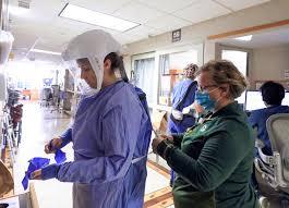 疫情持續蔓延,各地紛傳醫護人員荒,醫院為解決人手短缺,出動豐厚薪酬向退休的醫生和護士、尚未領取執照的醫科生和畢業生招手。    美聯社