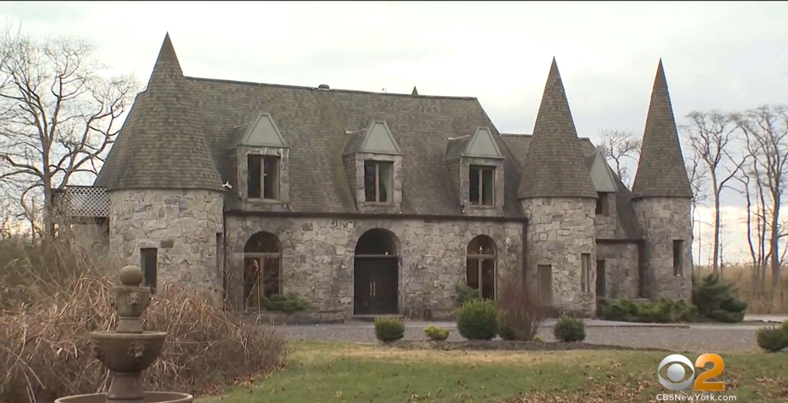 ■派對在一幢城堡式莊園舉行。CBS新聞截圖