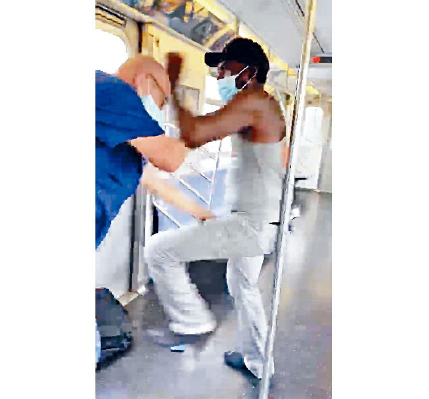 7號地鐵乘客手機拍攝的非裔男子暴力攻擊同一車廂內兩名乘客。