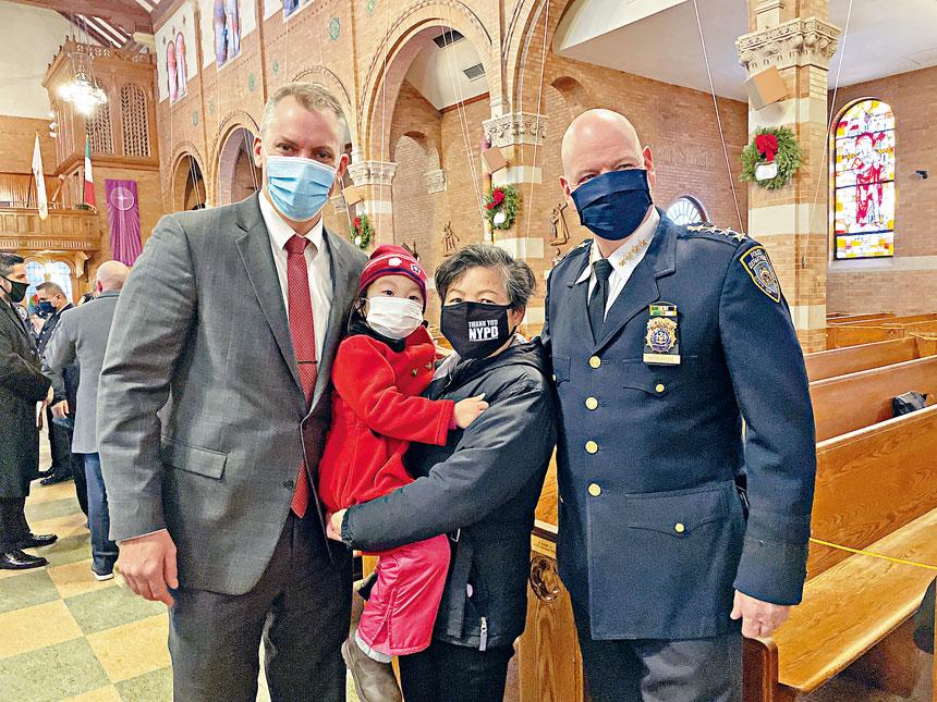總警長謝伊和市警部門主管莫納漢,和劉文健母親李秀燕及小孫女安琪莉娜。