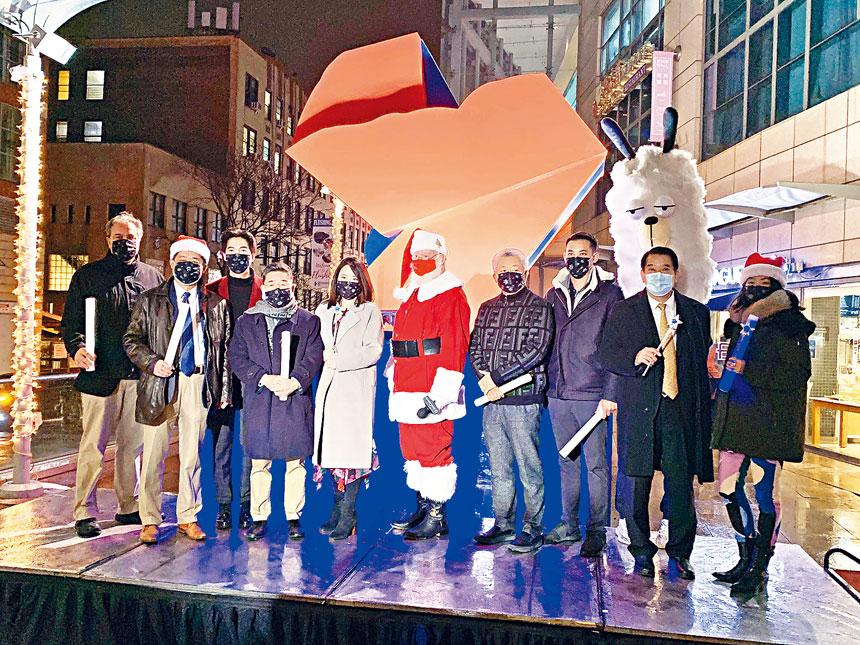 顧雅明等與聖誕老人主持了象徵著聖誕佳節的來臨,全新創作的戶外裝置藝術「心心相依」在飛越皇后戶外交廣場亮燈儀式。