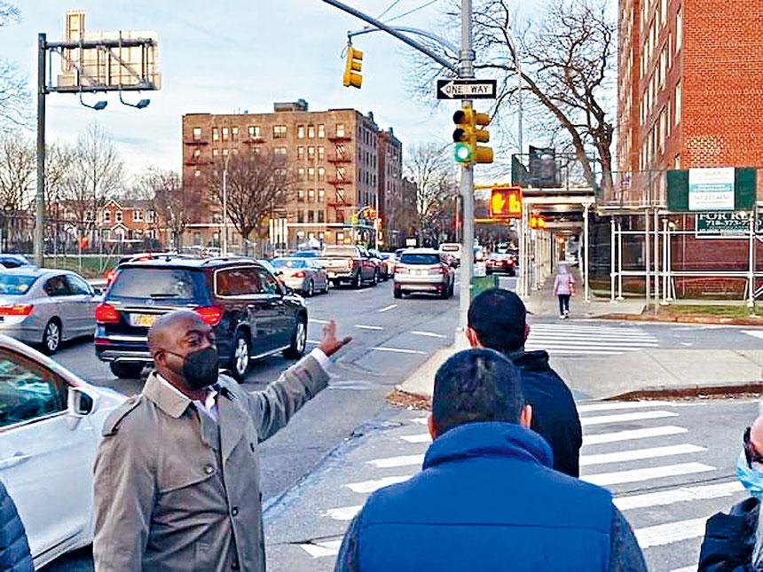 市交通局官員和議員代表視察危險街口。