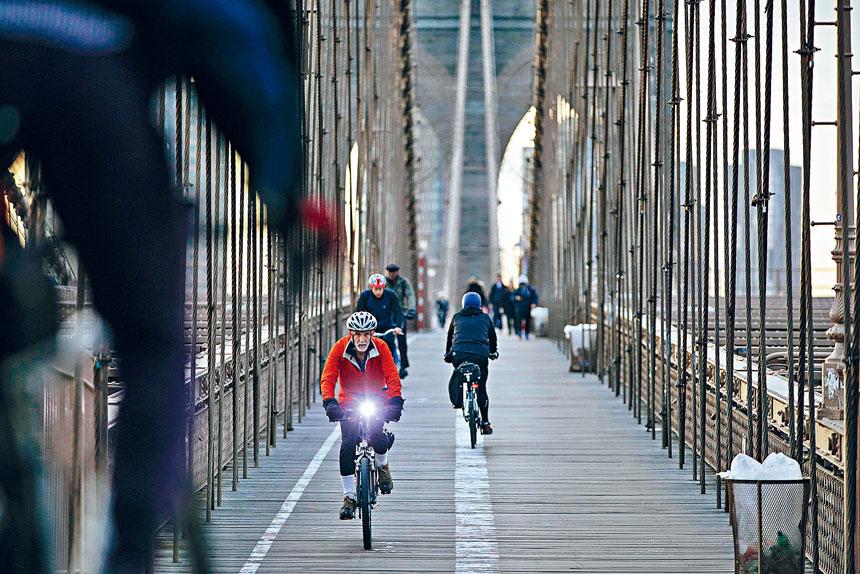 在新冠疫情之下,愈來愈多紐約人騎單車代步。 Kevin Hagen/紐約時報