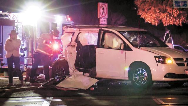 圖為消防員在意外現場調查。Craig Kohlruss/佛斯盧蜂報/美聯社