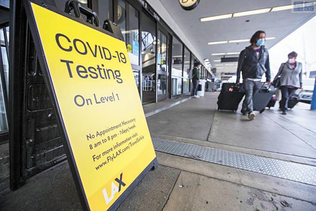 洛杉磯國際機場二號航站樓外豎立病毒測試站告示牌。洛杉磯時報