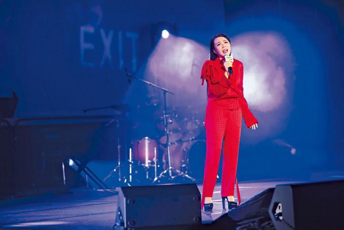 JW以一身紅為音樂會演出。