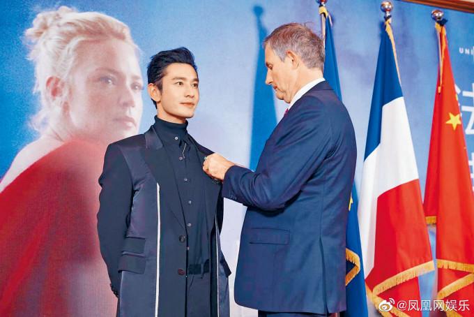 黃曉明獲法國駐華大使頒發「法蘭西藝術與文學騎士勳章」。