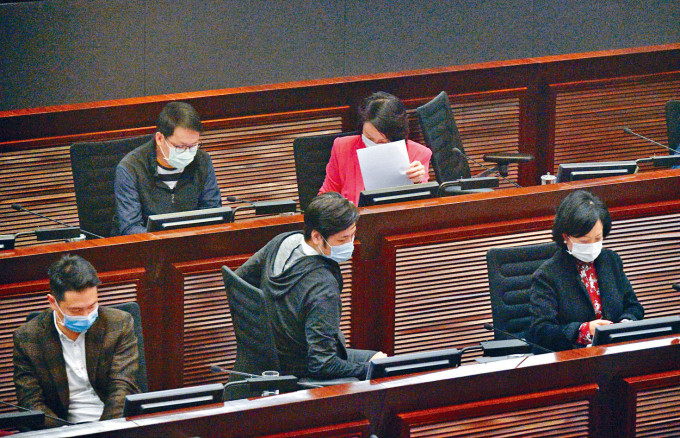財委會續審議「明日大嶼」前期研究撥款,何俊賢(前排中)最終投棄權票。