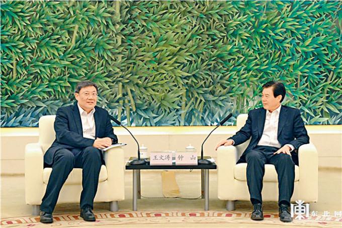 王文濤(左)將接替鍾山(右)出任商務部長。
