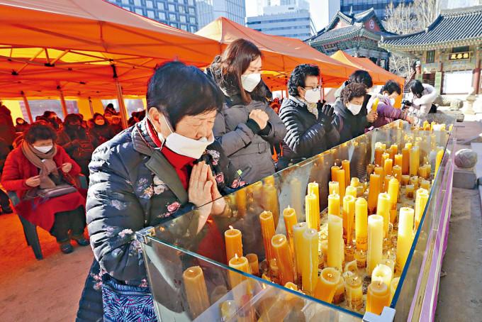 考生家長在首爾一座廟宇祈求子女取得佳績。