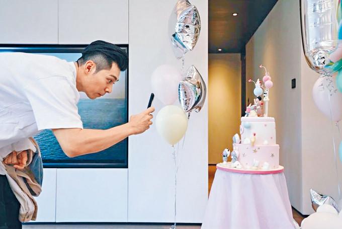柏豪拍下愛女(下圖)的生日蛋糕照。