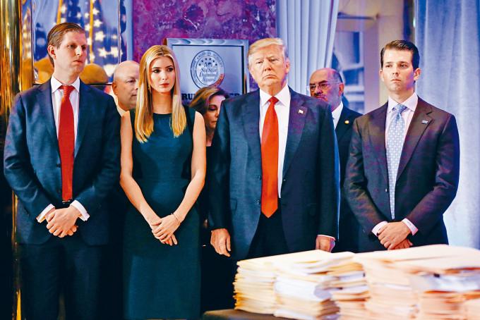 特朗普上屆大選當選總統後,與三名子女在紐約特朗普大樓見記者。