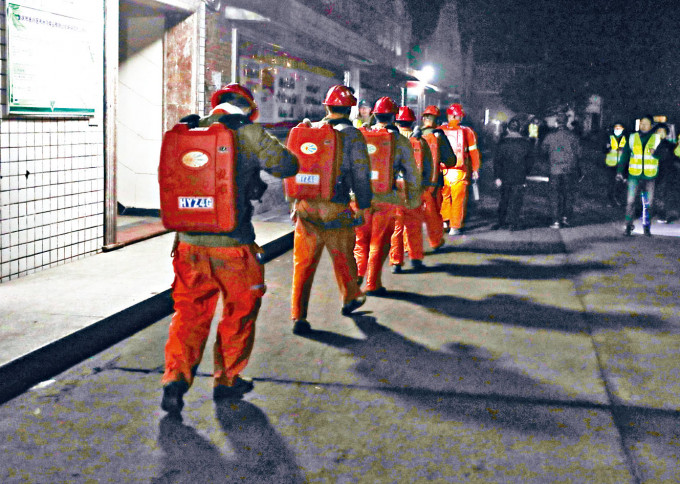 救援人員準備下井搜尋失蹤者。