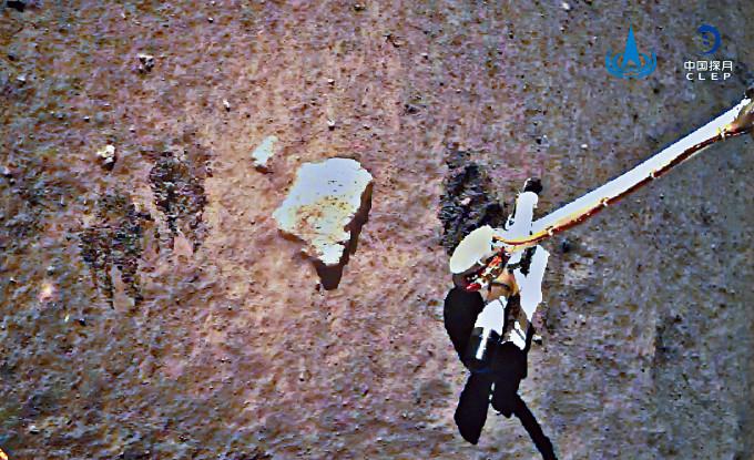 嫦娥五號的機械臂在月面採樣。