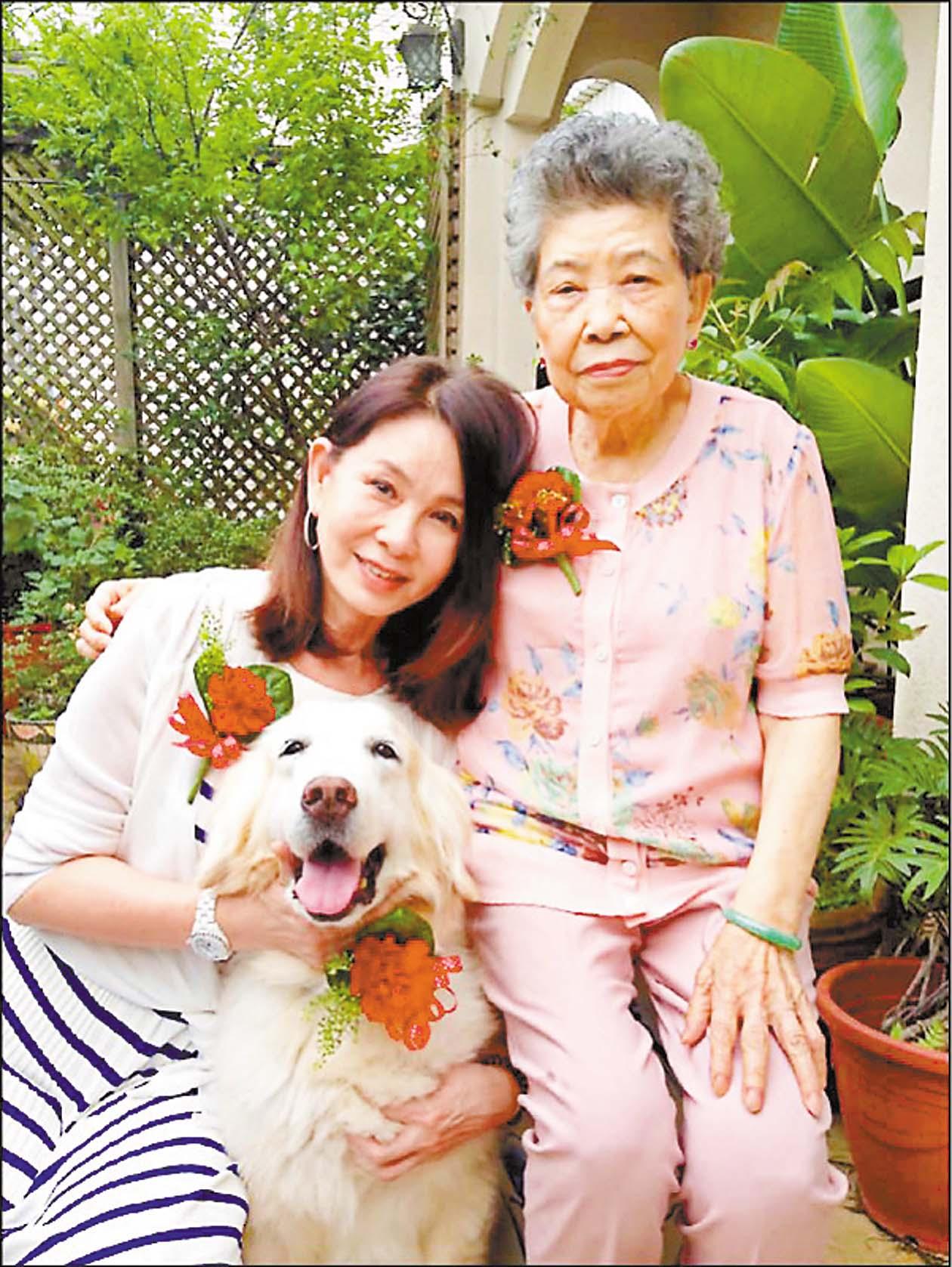 ■周丹薇(左)對母親(右)非常孝順,下午4點後從不出