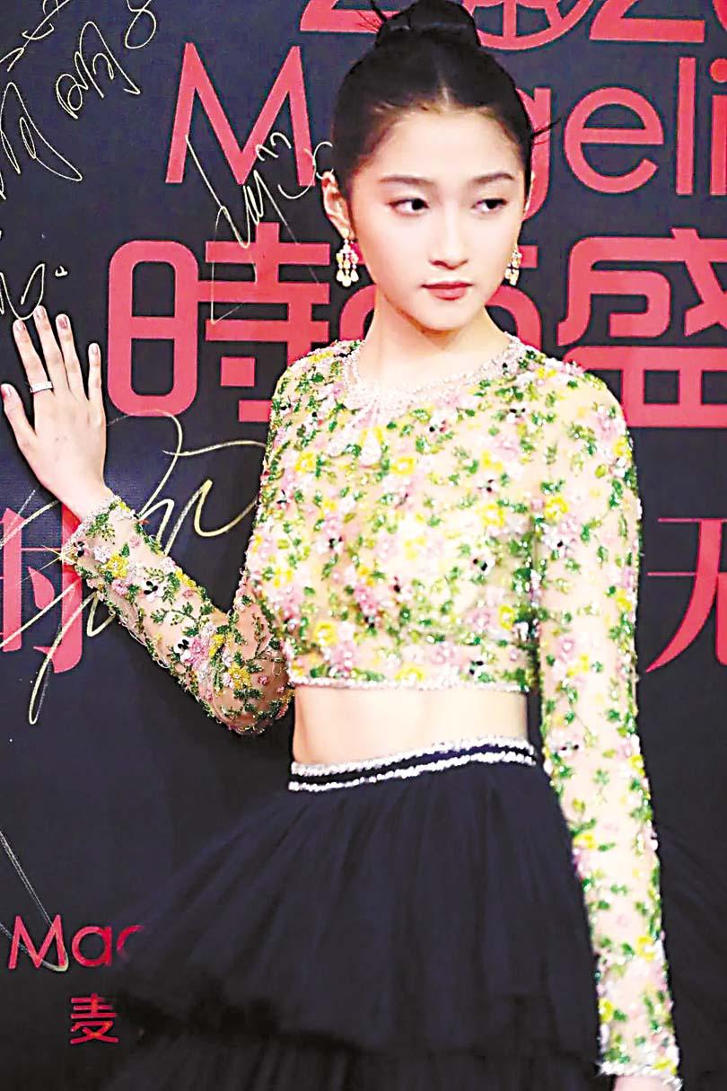 關曉彤出席活動時的禮服被吐槽老土。網上圖片
