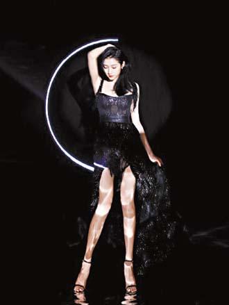 關曉彤新換的造型更凸顯 身材。 網上圖片
