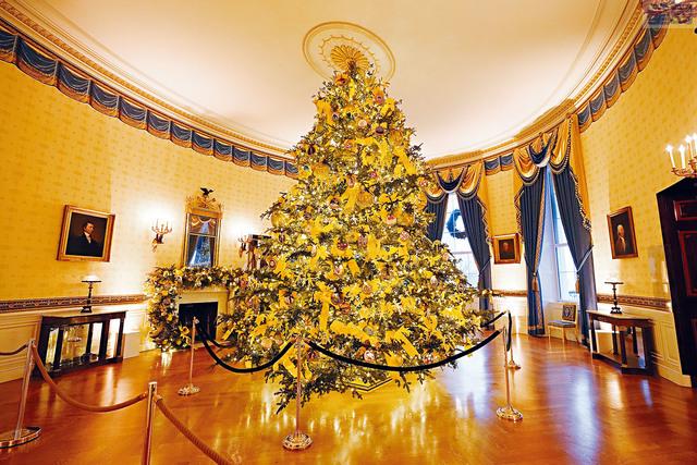 ■白宮的官方聖誕樹座落在藍廳,樹木採用的弗雷澤冷杉源自西維珍尼亞州。美聯社