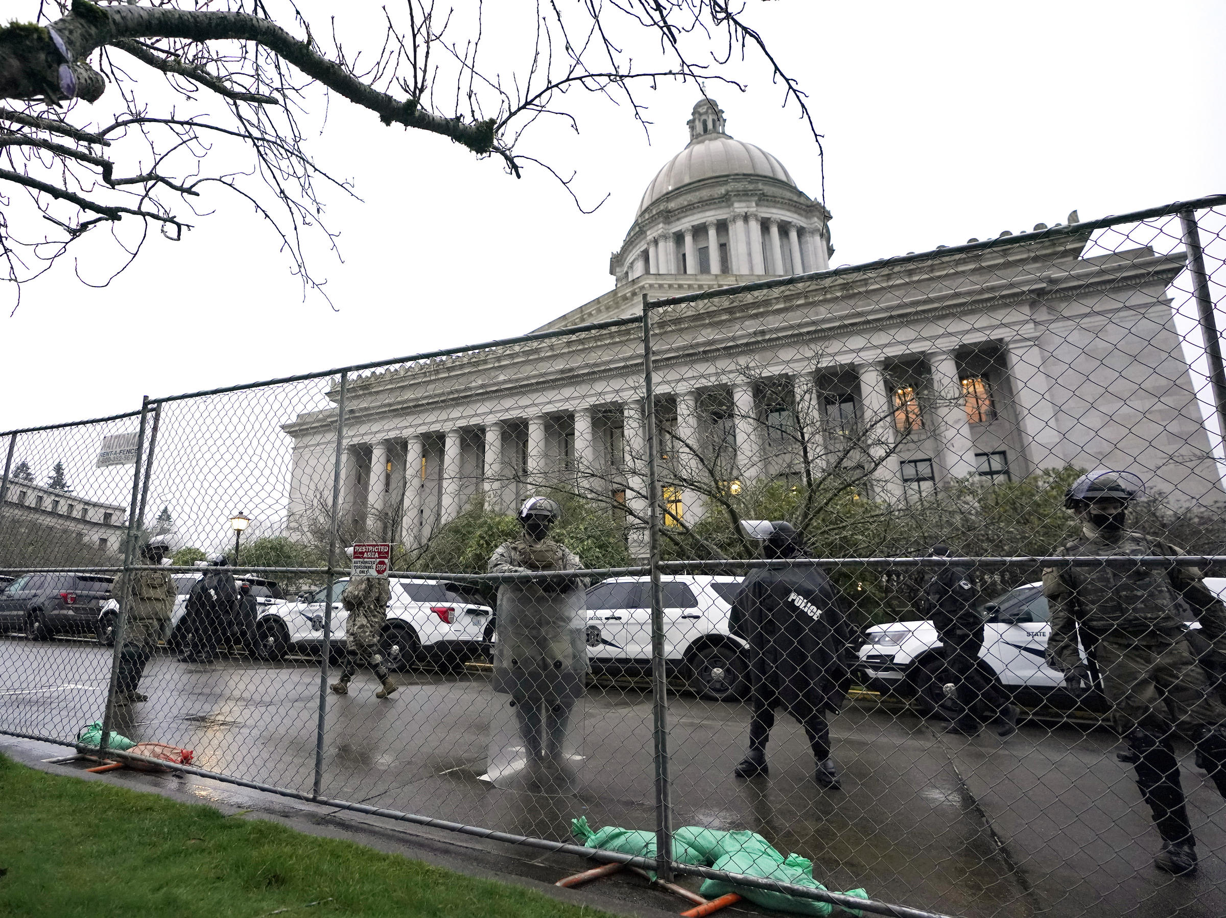 上周華盛頓國會遭圍困後,各州議會大樓的保安都得到加強。圖為國民警衛隊在華盛頓州奧林匹亞的議會內巡邏。    美聯社