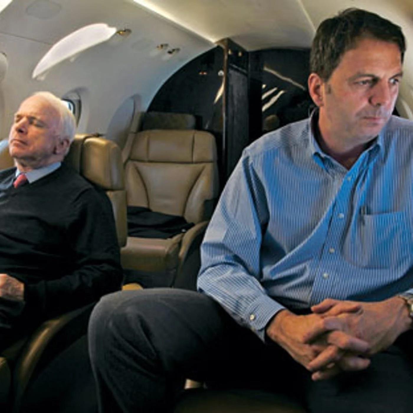 在建立「林肯計劃」之前,韋弗(右)是時任聯邦參議員麥凱恩(左)的高級顧問。    網上圖片
