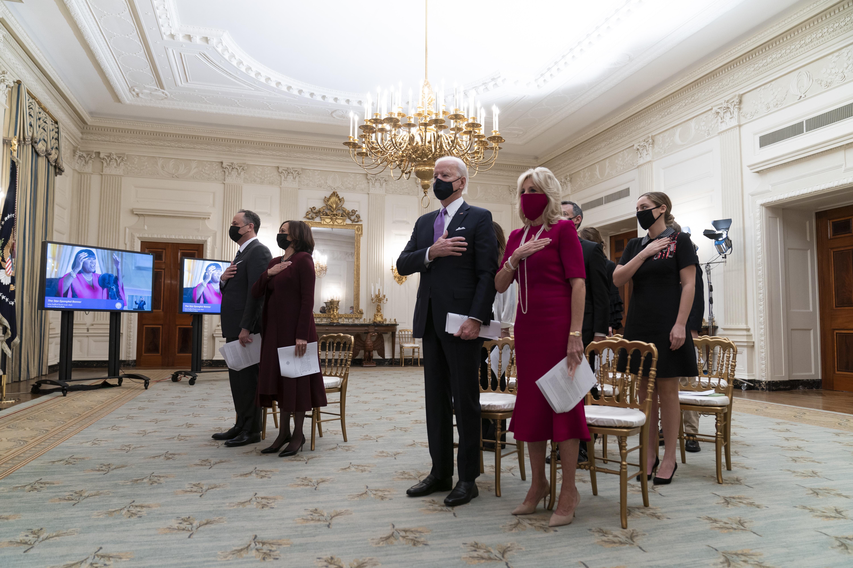 白宮嚴格執行社交距離的規定,圖為21日在白宮內舉行的線上就職祈禱獻唱國歌表演時,眾人均保持社交距離站立。    美聯社