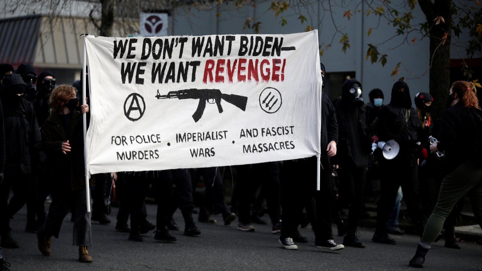 在拜登就職當天,激進左派組織安提法(Antifa),破壞俄勒岡州的民主黨總部,同時咒罵拜登。    資料圖片
