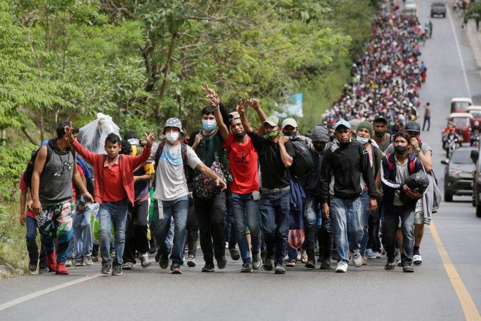 大批洪都拉斯移民乘搭大篷車北上尋求政治庇護。法新社
