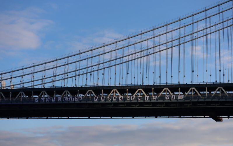 懸掛在曼哈頓橋上的標語。