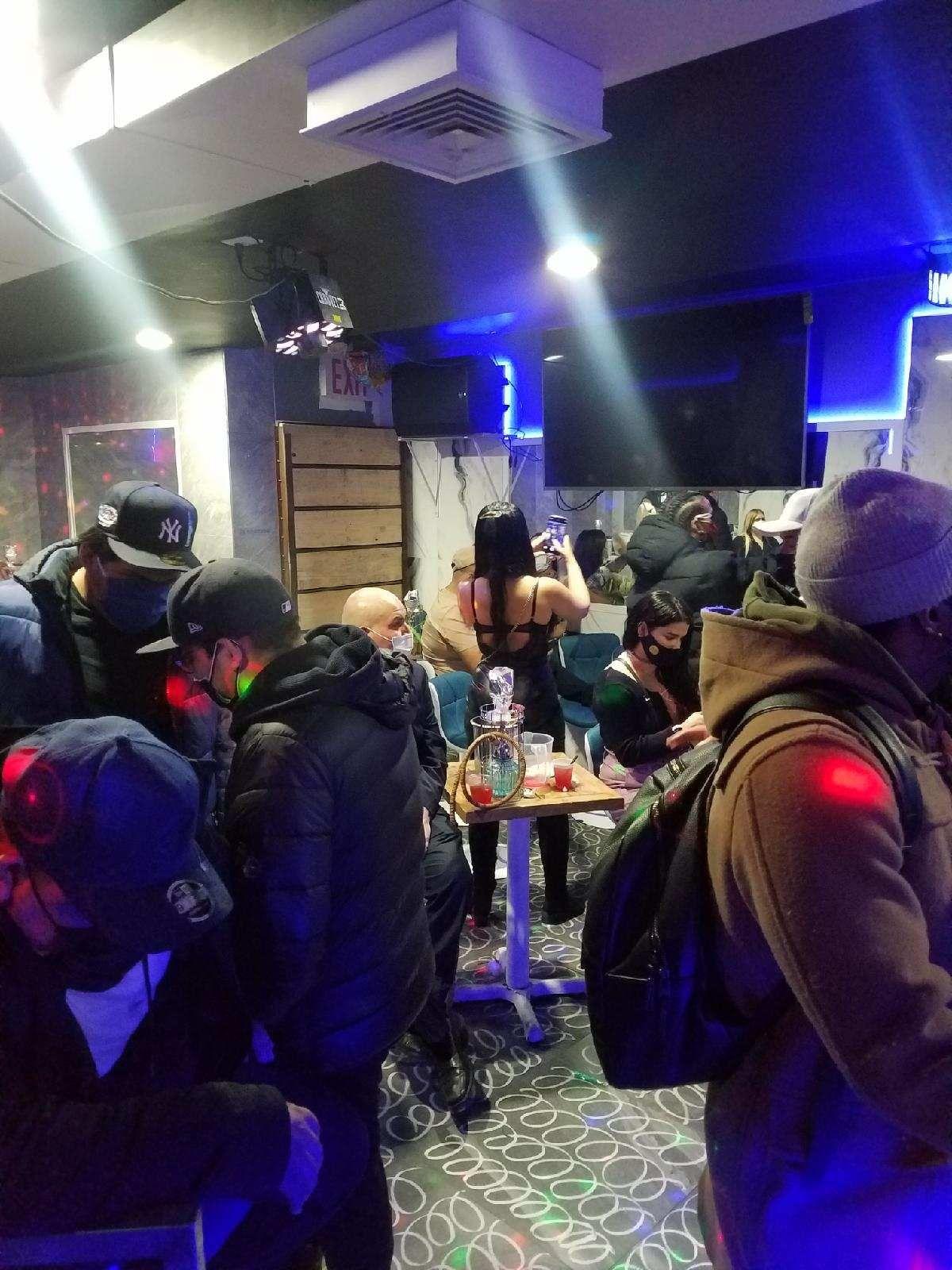 ■逾75人在木邊一間疑似非法營業的酒吧聚集。 法警提供