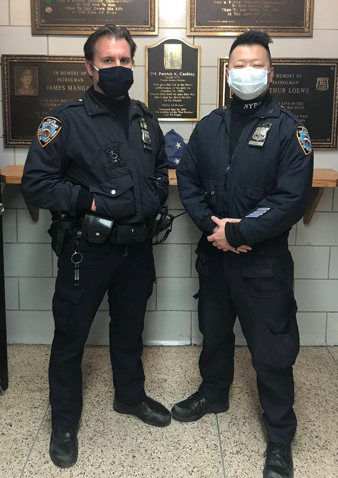 ■華警李啟中(右)機警搜獲非法槍械,旁為警員蘭達西奧。