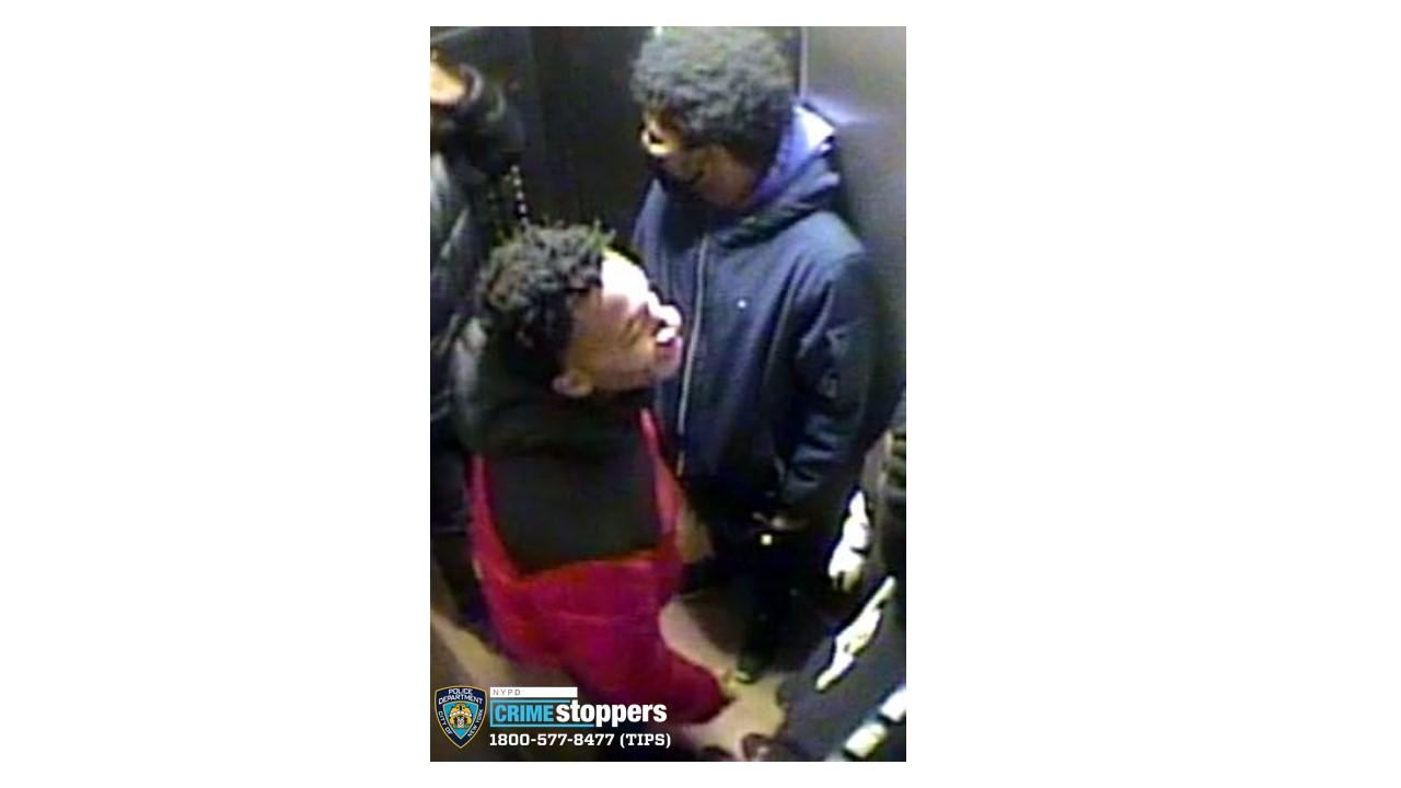 兩名非裔年青男子涉嫌在法拉盛大學點大道夾羅斯福大道搶劫傷人,警方發出照片通緝。