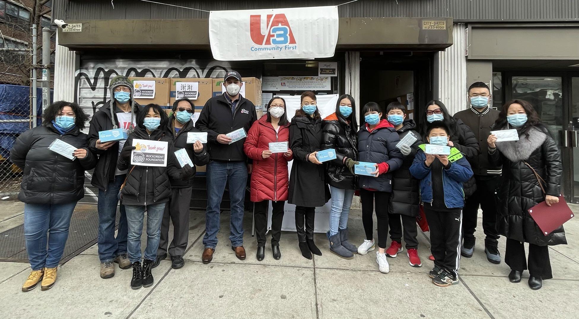 ■陳倩雯與社區組織於16日在下東城派15萬隻口罩,松柏大廈與波威教會首批獲發。