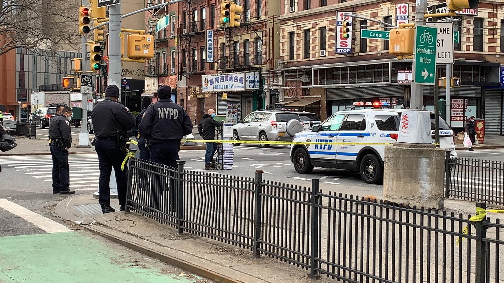 ■警察趕到現場,並向周圍商家調取監控。