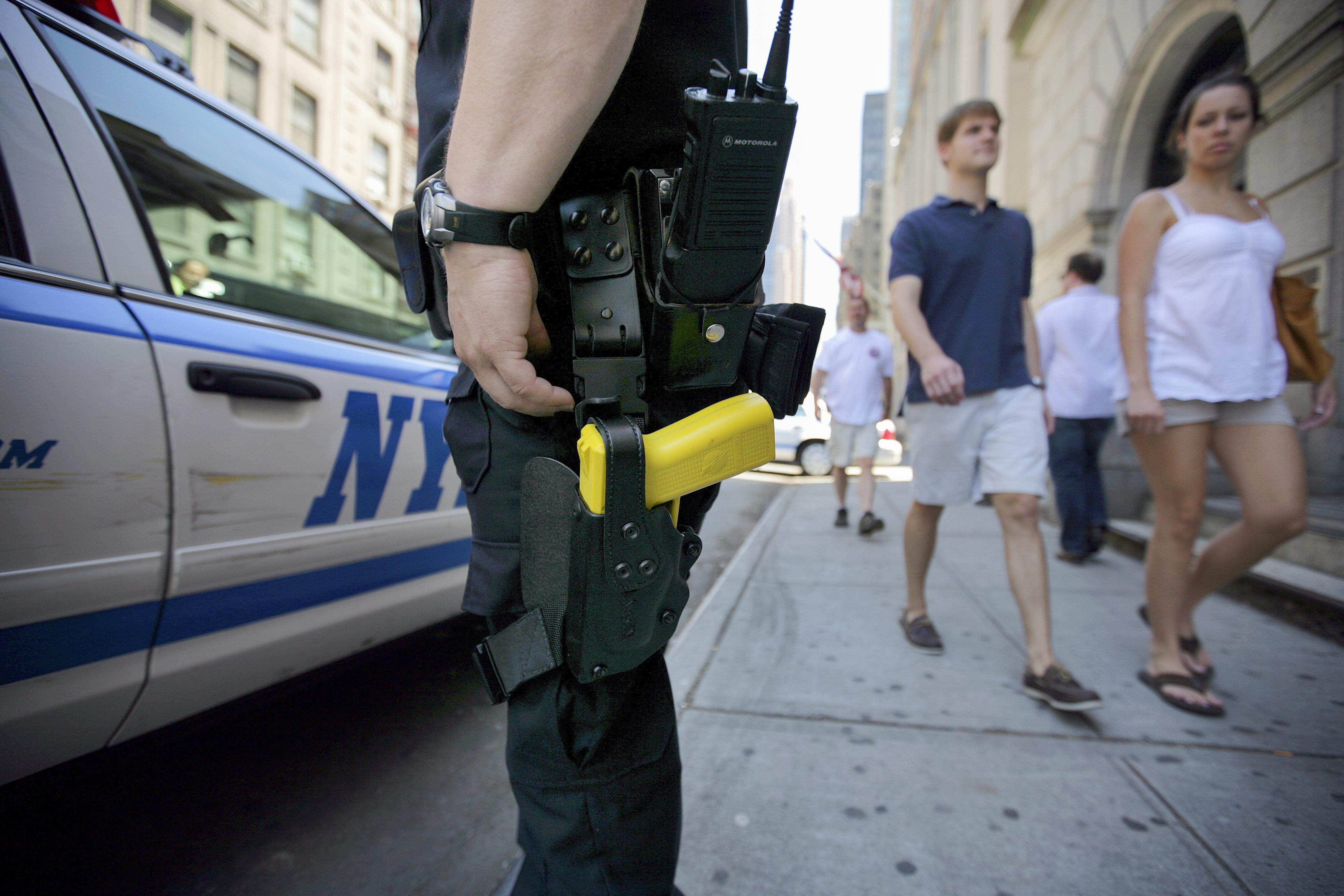 警隊現有7425支電擊槍,警員每次輪班都要進行借還。 Ashley Gilbertson/紐約時報