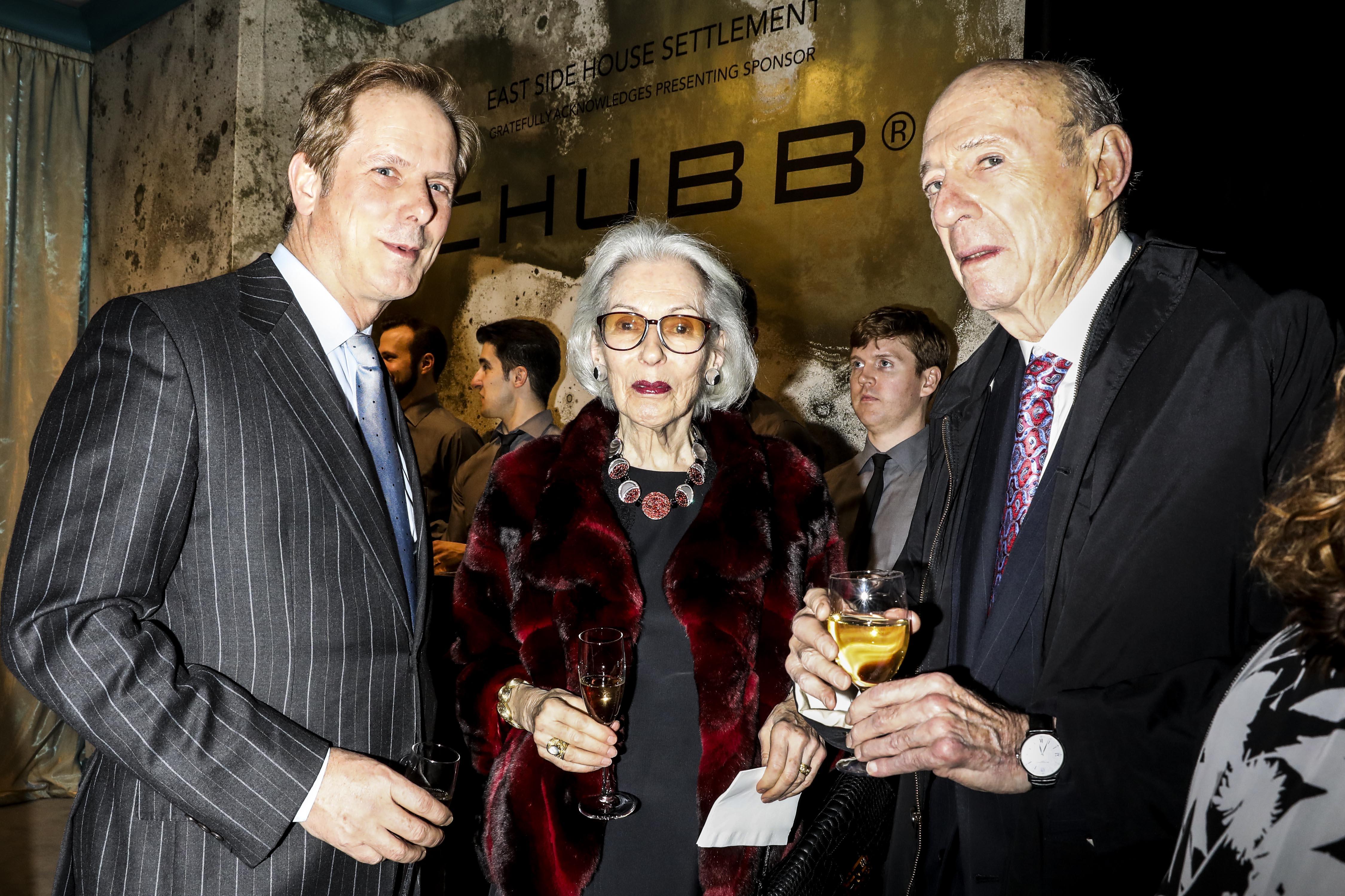 托伯(右)與妻子(中)是著名大慈 善家;照片攝於2017年的晚會派 對。 Krista Schlueter/紐約時報