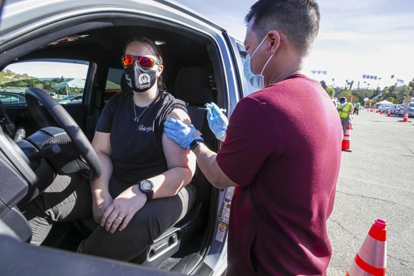 道奇體育場作為超級疫苗接種點重新開放。洛杉磯時報