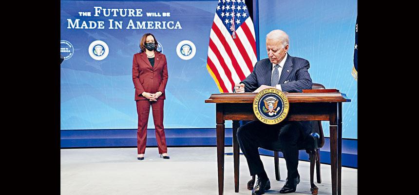 總統拜登簽署行政令,對聯邦政府的採購行為實施更嚴格的條例,規定要購買更多在美國製造的產品。美聯社