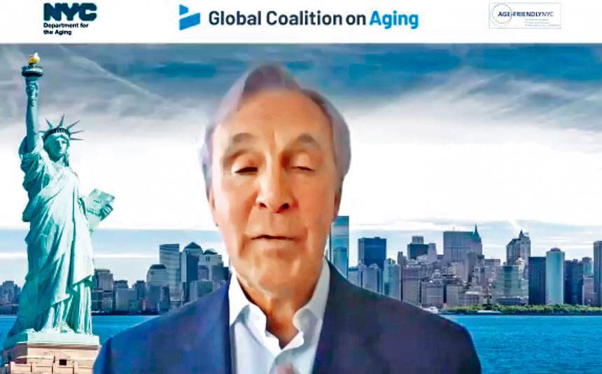 全球老齡聯盟首席執行官豪汀(Michael Hodin)表示,耆老接種新冠疫苗的好處遠遠大於風險。視頻截圖