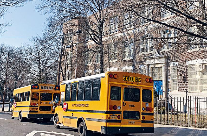 公立學校恢復實體上後,感染報告有增無減,關閉了100多所學校清毒,皇后區是關閉學校重災區,迄今共有41所學校暫停上課。